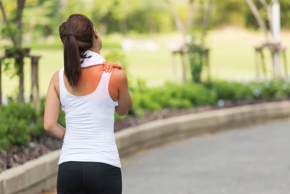 טיפול בכאבי גב עליון בי קיור לייזר